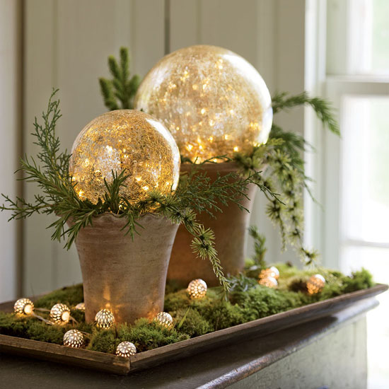 A Set of 2 Beautiful Crackled Glass LED Gazing Globes for Your Holiday Decoration